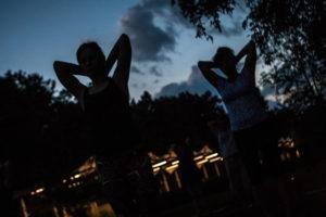 Pozdrav Mìsíci z Tyršových sadù. Noèní cvièení jógy v Pardubicích.